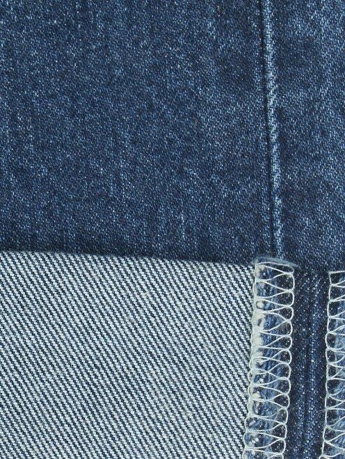 Джинсы с потертостями декорированные искусственным жемчугом - Деталь2